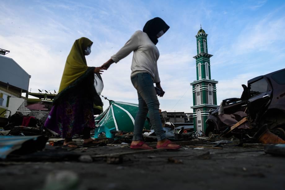 Mulheres passam diante dos escombros grande mesquita Baiturrahman em Palu, no centro de Sulawesi, na Indonésia após terremoto e tsunami que atingiram a região - 03/10/2018