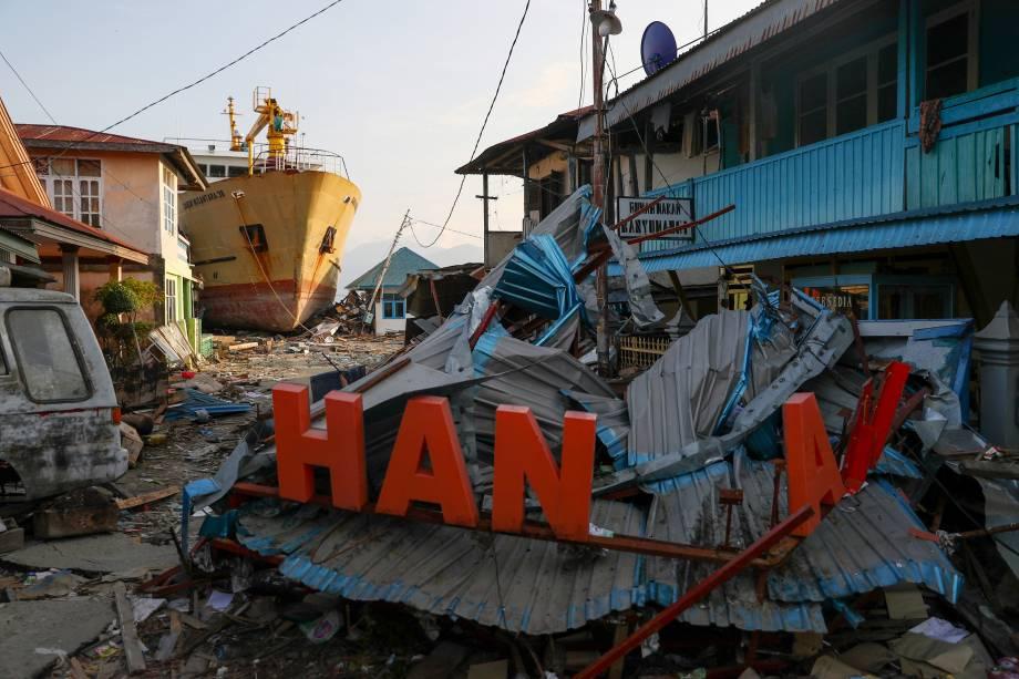 Navio fica encalhado depois do terremoto e tsunami que atingiram uma área em Wani, Donggala, Central Sulawesi, Indonésia - 03/10/2018