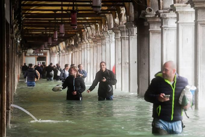 Maré inunda ruas de Veneza