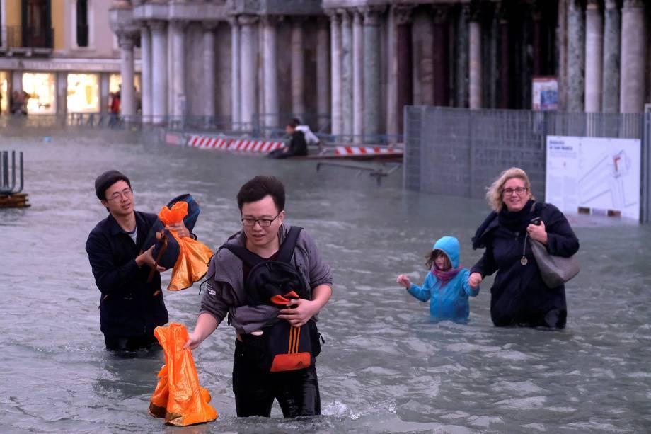 Devido ao aumento de 150 centímetros na maré as ruas de Veneza, na Itália, ficaram inundadas - 29/10/2018