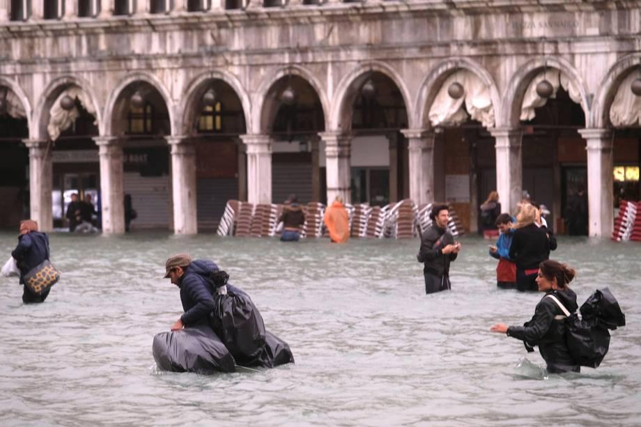 Pessoas caminham na inundada Praça de Marcos, em Veneza, na Itália - 29/10/2018