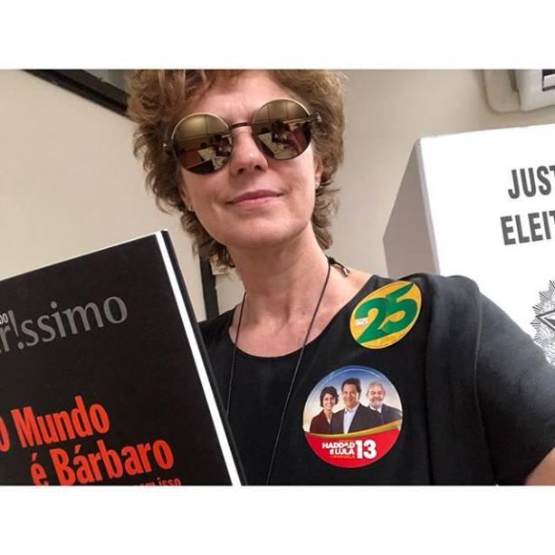 Patricia Pillar votando com livro