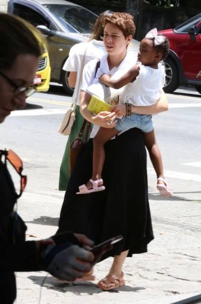 Leandra Leal votando com livro