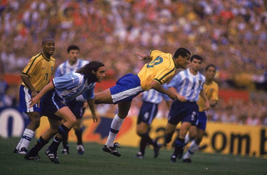 Rivaldo supera marcação de Sorín e marca em vitória brasileira em Porto Alegre, em 1999