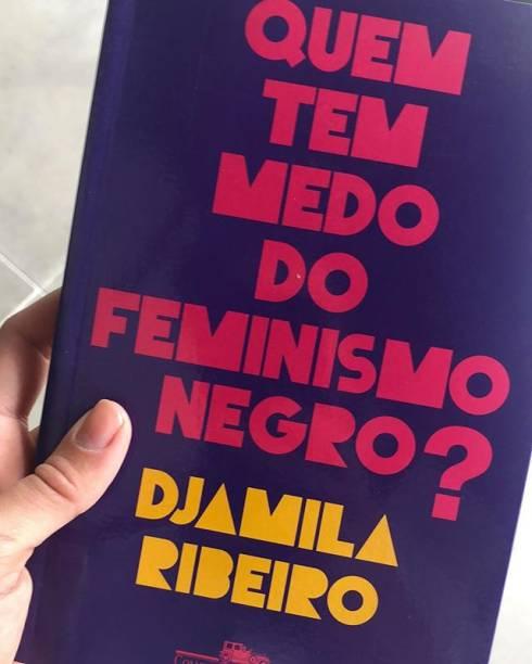 Sophie Charlotte leva livro de Djamila Ribeiro sobre feminismo negro para a votação do segundo turno