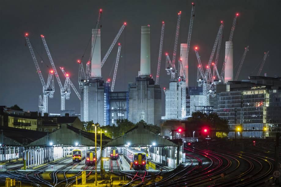"""O gigante adormecido. Battersea, Londres, Inglaterra - """"A atividade febril rodeia as famosas chaminés mais uma vez, com os desenvolvedores e seus muitos guindastes transformando este ícone do século 20 em uma nova comunidade para aqueles que podem pagar por um endereço tão exclusivo."""""""