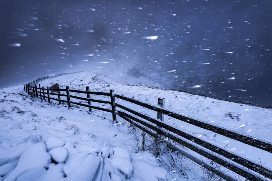 """Nevasca no High Peak. Derbyshire, Inglaterra - """"Quando as nuvens ficaram mais escuras, a nevasca fica pior. Eu usei uma velocidade de obturador relativamente lenta para destacar o movimento rápido da queda da neve."""""""