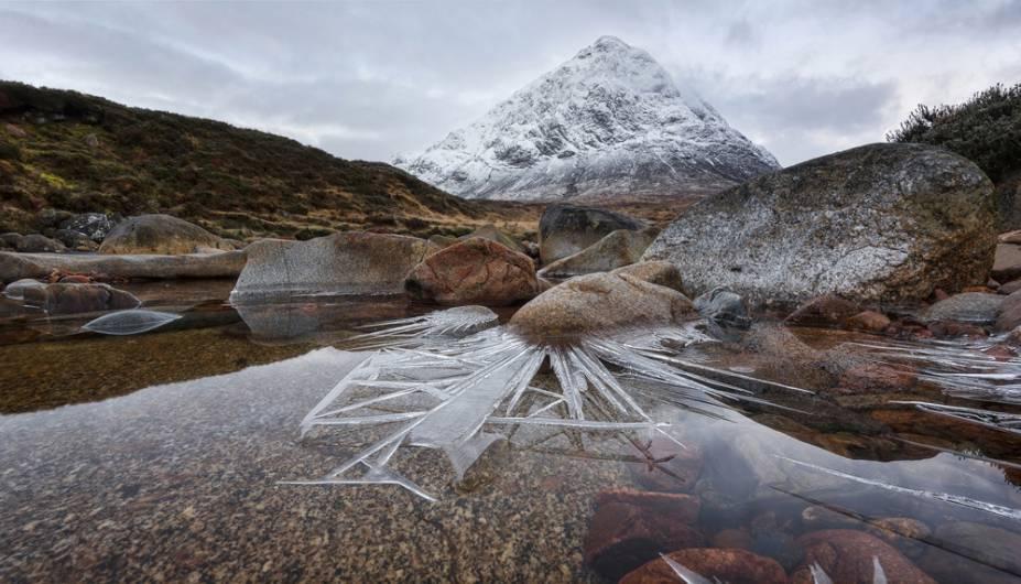 """Espetos de gelo. Glencoe, na Escócia - """"Eu havia começado a fotografar o nascer do sol acima do rio e vi essa formação incomum e dramática de gelo ao redor das rochas; então eu sabia que tinha o meu lugar."""""""