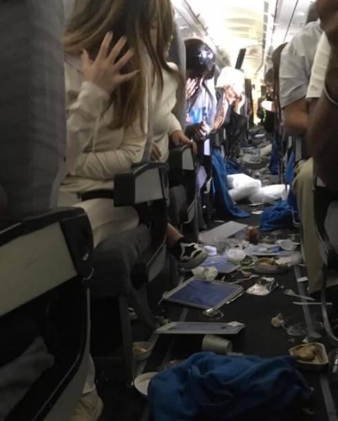 Passageiros registraram os objetos que acabaram caindo devido ao tamanho da turbulência - 19/10/2018