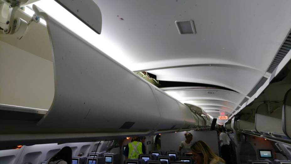 As portas dos bagageiros se abriram e parte do teto se abriu com a força da turbulência - 19/10/2018