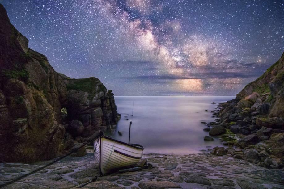 """Via Láctea sobre Porthgwarra, Cornualia, Inglaterra - """"Porthgwarra sempre foi um dos meus lugares favoritos para fotografar a Via Láctea. Tem céus incrivelmente escuros, com vistas fantásticas que fazem cenários brilhantes, e nada supera a sensação de estar deitado para admirar as estrelas em uma noite calma. """""""