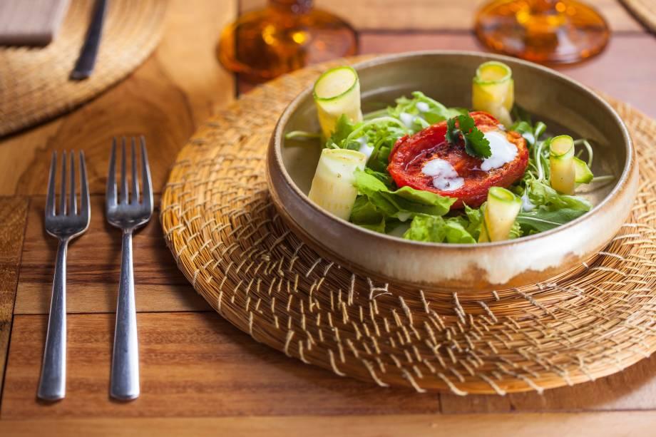 A salada de abobrinha marinada figura entre as sugestões de entrada do restaurante Viela Gastronômica para o Menu Veja Comer & Beber Goiânia 2018