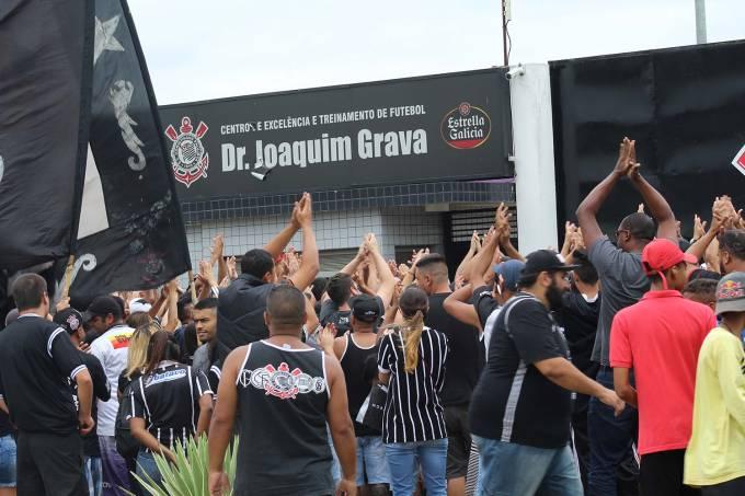 Torcida do Corinthians faz protesto no CT Joaquim Grava