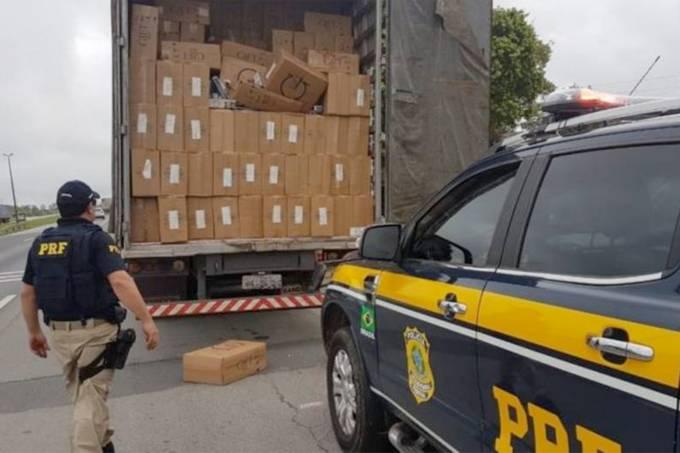PRF apreende caminhão com cigarro contrabandeado