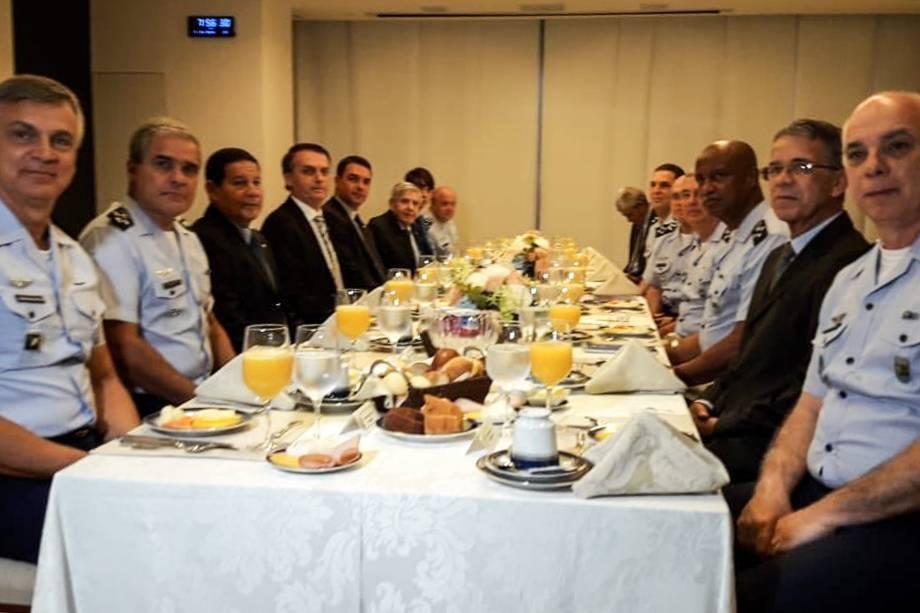 O presidente eleito Jair Bolsonaro participa de um café da manhã com Oficiais-Generais do Alto-Comando da Aeronáutica em Brasília - 07/11/2018