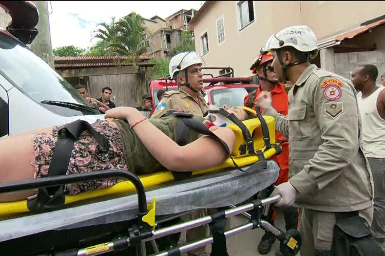 Equipe do Corpo de Bombeiros carrega ferida após deslizamento atingir o Morro da Boa Esperança, em Niterói (RJ) - 10/11/2018