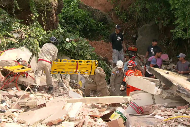 Equipe de Corpo de Bombeiros auxiliam feridos após deslizamento em Niterói (RJ) - 10/11/2018