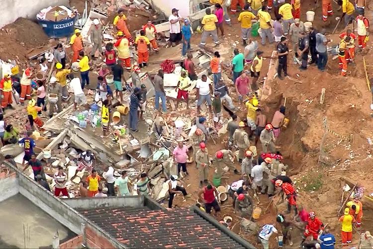 Equipe de Corpo de Bombeiros e da Defesa Civil auxiliam feridos após deslizamento em Niterói (RJ) - 10/11/2018