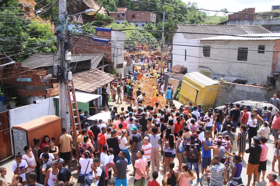 Moradores do Morro da Boa Esperança, em Niterói (RJ), observam trabalho de resgate do Corpo de Bombeiros e da Defesa Civil, após deslizamento atingir o local - 10/11/2018