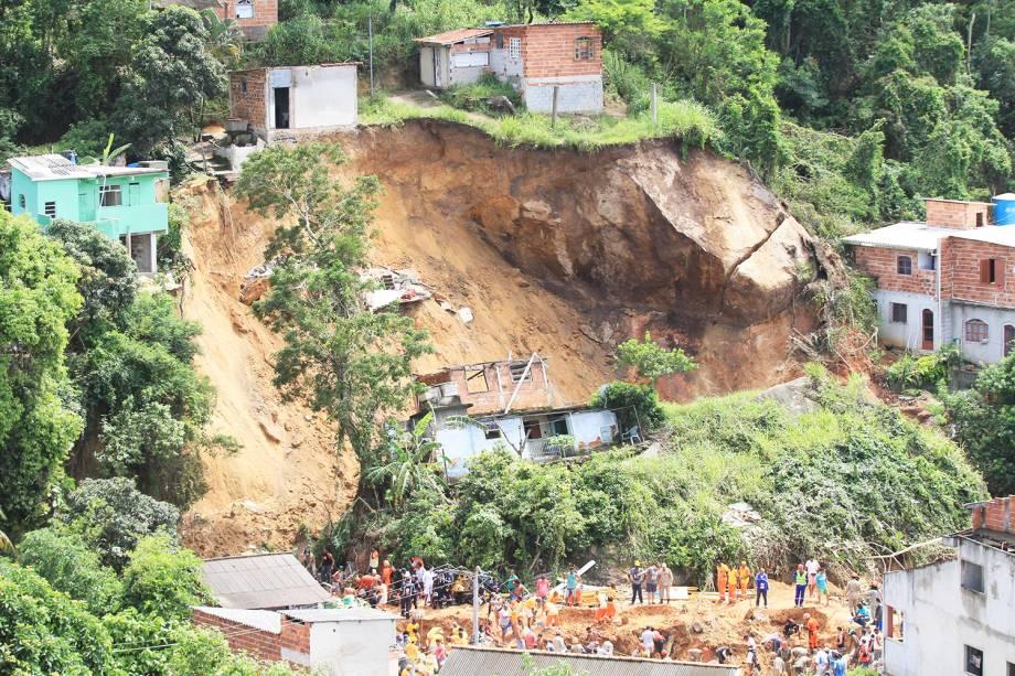 Deslizamento no Morro da Boa Esperança em Niterói (RJ), na madrugada deste sábado (10), causa a morte de ao menos três pessoas.