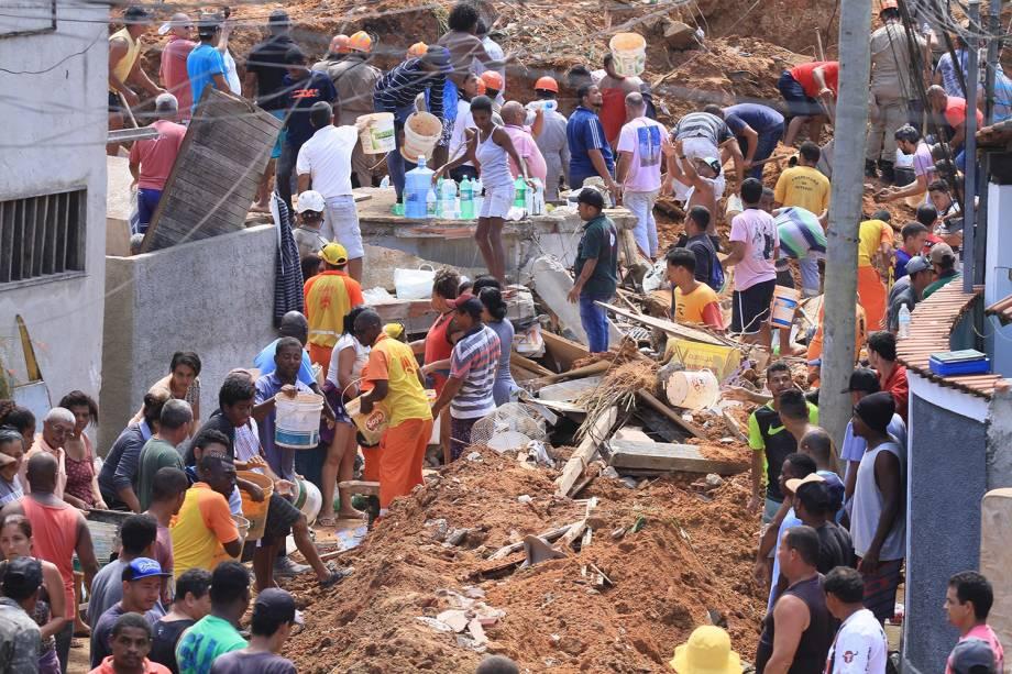 Voluntários e equipes do Corpo de Bombeiros e Defesa Civil auxiliam na remoção de escombros para encontrar possíveis vítimas após deslizamento no Morro da Boa Esperança, em Niterói (RJ) - 10/11/2018