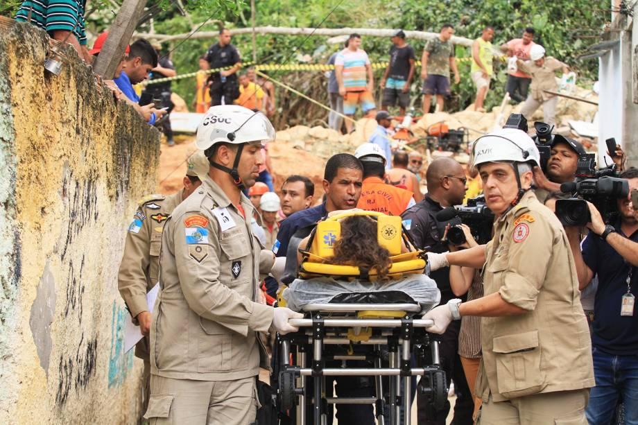 Mulher ferida é retirada de maca pela equipe do Corpo de Bombeiros, após deslizamento no Morro da Boa Esperança, localizado em Niterói (RJ) - 10/11/2018