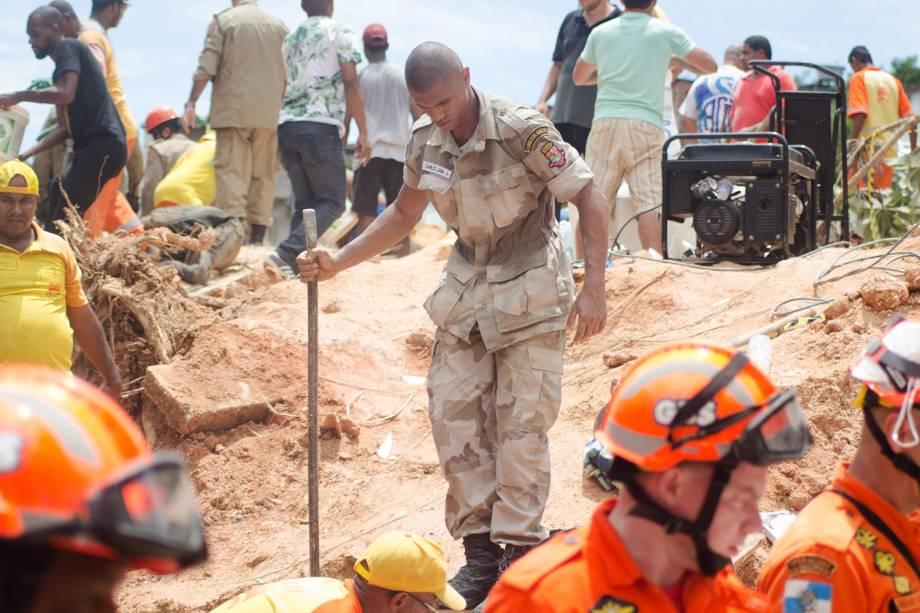 Membro da equipe do Corpo de Bombeiros procuram vítimas entre escombros, após deslizamento no Morro da Boa Esperança, no Rio de Janeiro (RJ) - 10/11/2018