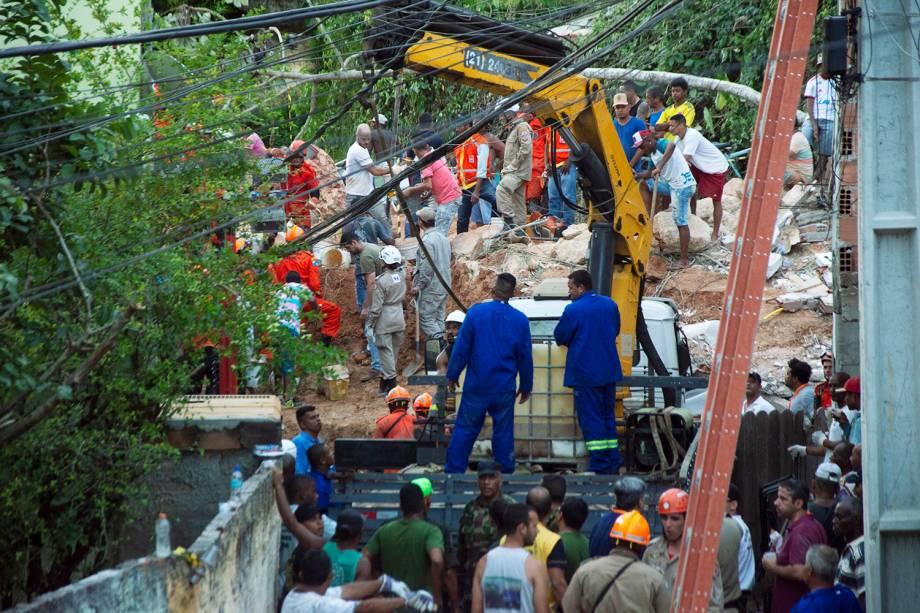 Equipes de resgate utilizam escavadeira para retirar escombros, em busca de sobreviventes, após deslizamento no Morro da Boa Esperança, em Niterói (RJ) -10/11/2018