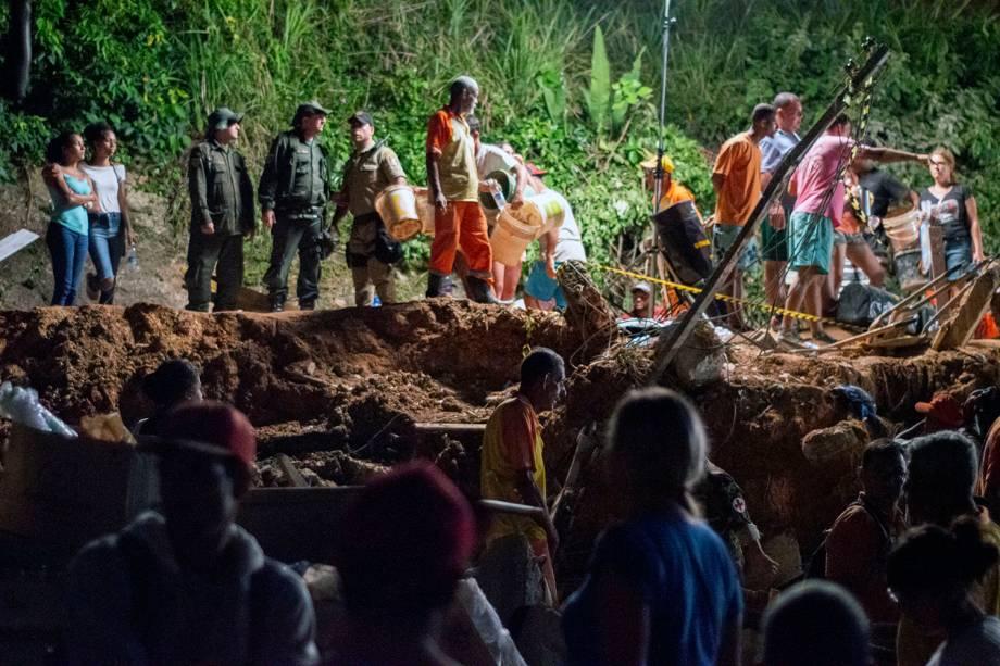 Equipes de resgate e moradores locais retiram escombros em busca de sobreviventes após deslizamento atingir o Morro da Boa Esperança, em Niterói (RJ) - 10/11/2018