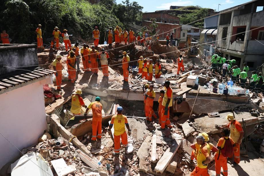 Membros da Defesa Civil retiram escombros na busca por sobreviventes após deslizamento atingir o Morro da Boa Esperança, em Niterói (RJ) - 11/11/2018