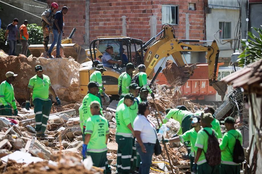 Funcionários de companhia de limpeza de Niterói (RJ), retiram escombros no Morro da Boa Esperança - 11/11/2018
