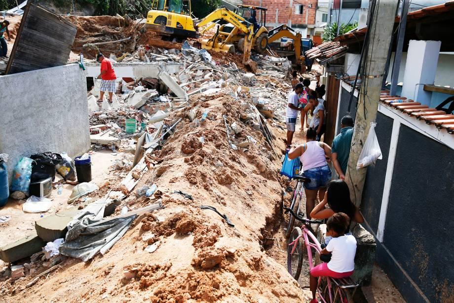 Equipes trabalham na remoção de entulho em área onde ocorreu deslizamento de encosta no Morro da Boa Esperança, em Piratininga, na região Oceânica de Niterói - 11/11/2018