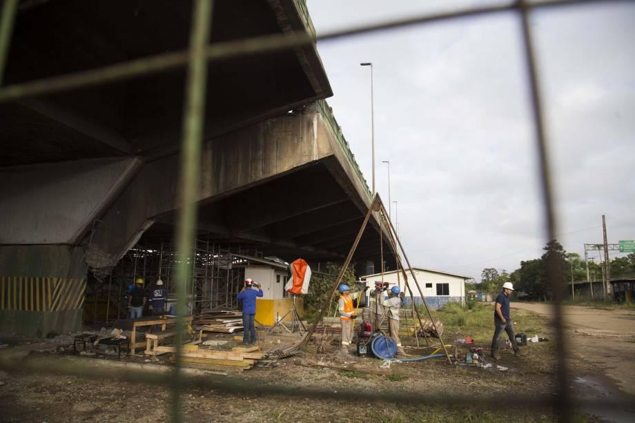 Equipes continuam o processo de escoramento do viaduto que cedeu na Marginal Pinheiros, na Zona Oeste de São Paulo - 16/11/2018