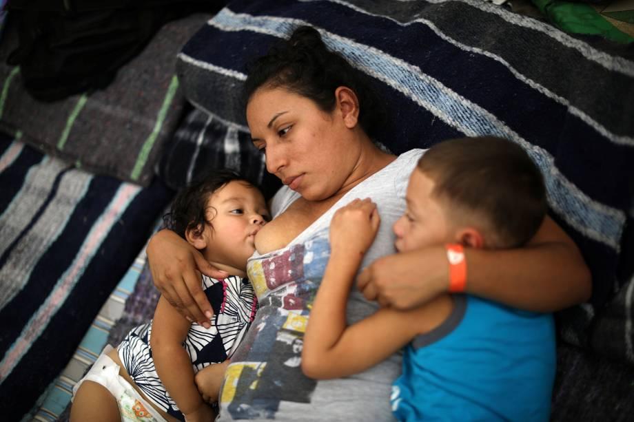 Glenia Luz Lopez, 29,Anos, é vista com seus filhos em acampamento montado na fronteira entre o México e os Estados Unidos - 24/11/2018