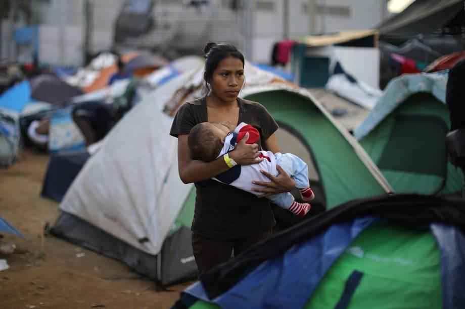 Jessica Perez, 18 anos, segura bebê em acampamento montado na fronteira entre o México e os Estados Unidos, na cidade de Tijuana - 28/11/2018