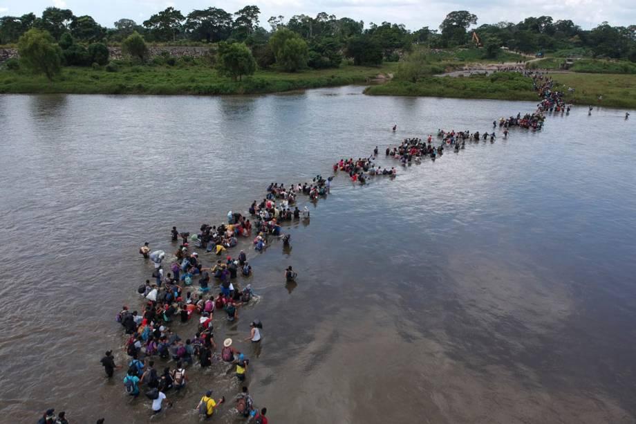 Imigrantes de El Salvador atravessam o Rio Suchiate, na fronteira de México e Guatemala, durante a caravana que tem como destino os Estados Unidos - 02/11/2018