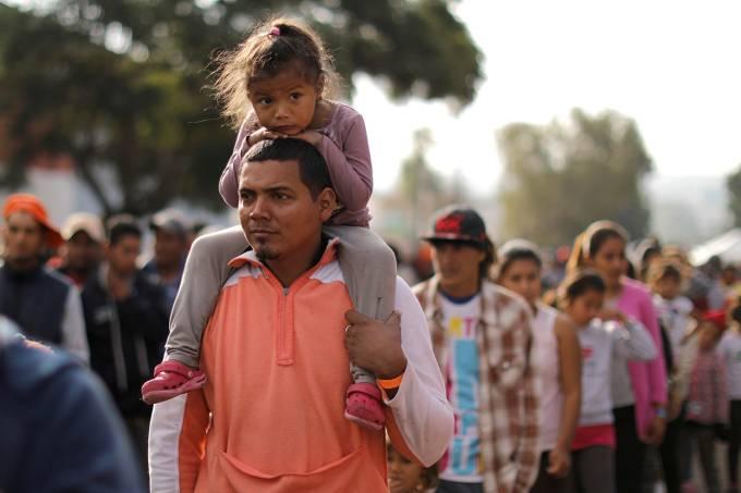 Crianças na caravana de imigrantes