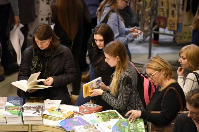 Pessoas escolhem livros em uma livraria na cidade de Vilnius, Lituânia