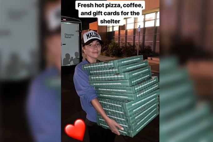 Lady Gaga leva pizzas e café para os desabrigados do centro de evacuação da Cruz Vermelha, em Los Aangeles, na Califórnia