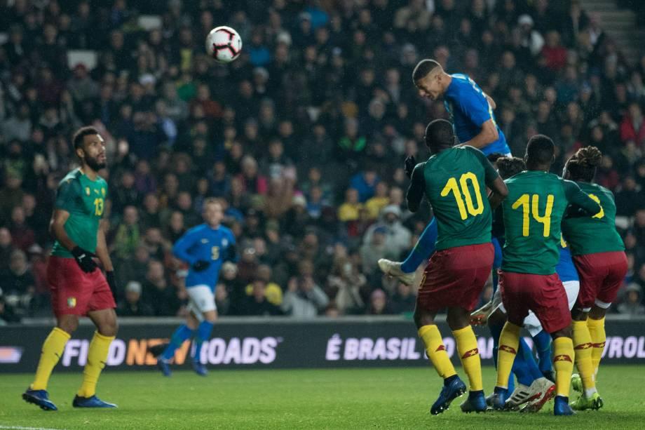 O atacante Richarlison cabeceia para marcar o gol do Brasil no amistoso contra Camarões em Milton Keynes, na Inglaterra - 20/11/2018