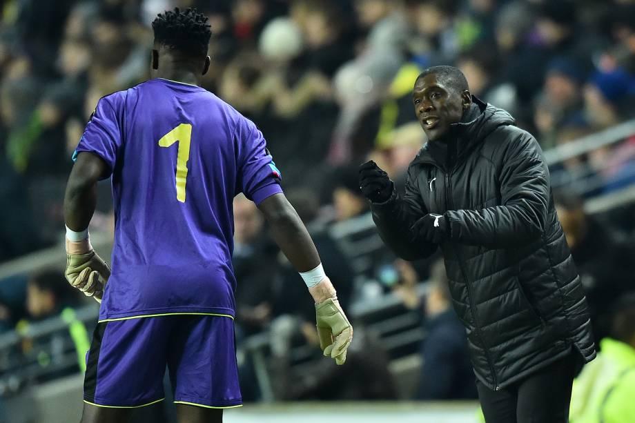 O treinador holandês de Camarões, Clarence Seedorf, orienta o goleiro Andre Onana durante amistoso contra o Brasil em Milton Keynes, na Inglaterra - 20/11/2018
