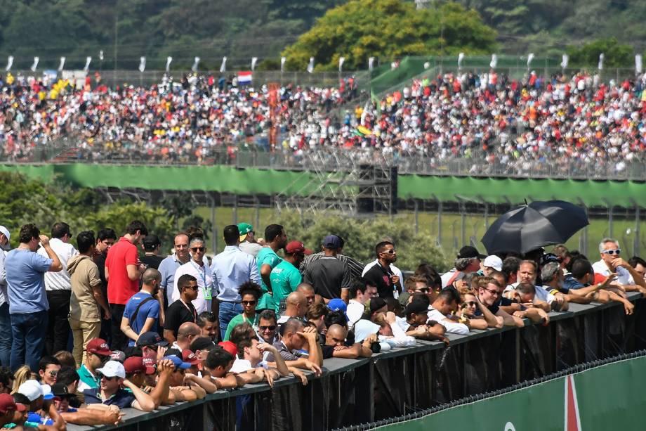 Torcedores aguardam o início do Grande Prêmio do Brasil de Fórmula 1, no Autódromo de Interlagos - 11/11/2018
