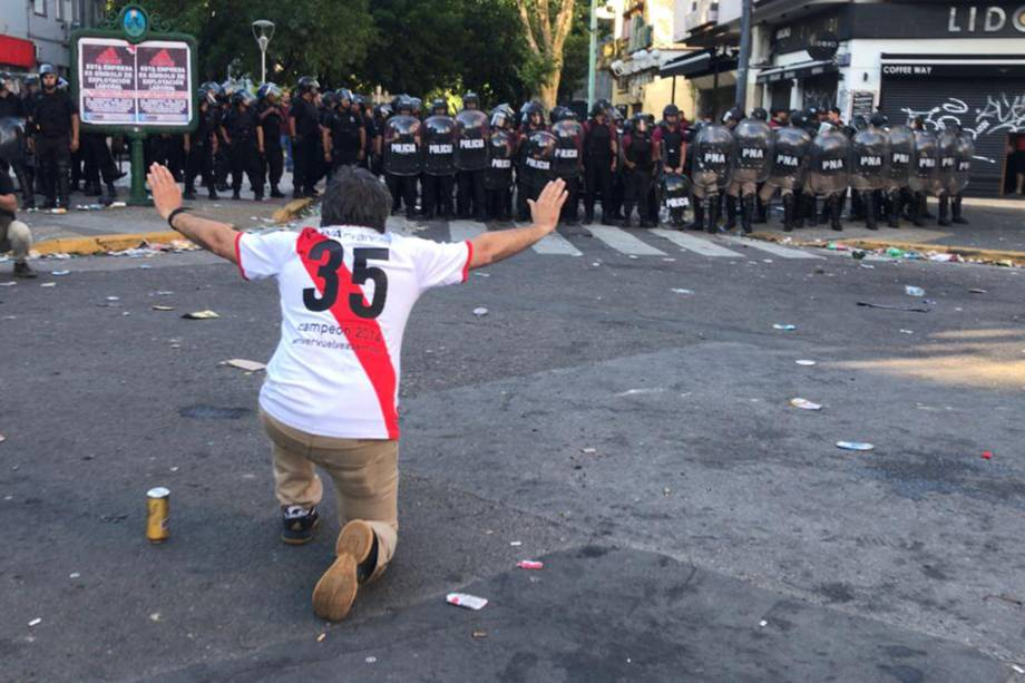 Polícia reage para conter torcedores do River Plate nos arredores do estádio Monumental de Nuñes, em Buenos Aires após a partida contra o Boca Juniors ser adiada - 24/11/2018