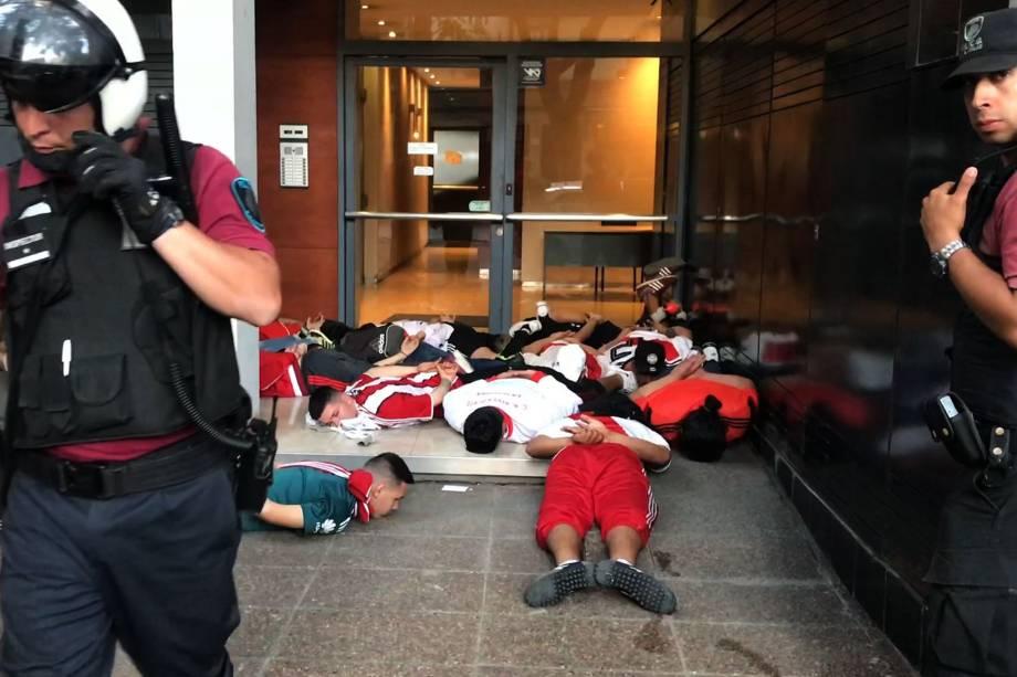 Torcedores do River Plate são detidos pela polícia após ataque ao ônibus Boca antes da final da Copa Libertadores em Buenos Aires - 24/11/2018
