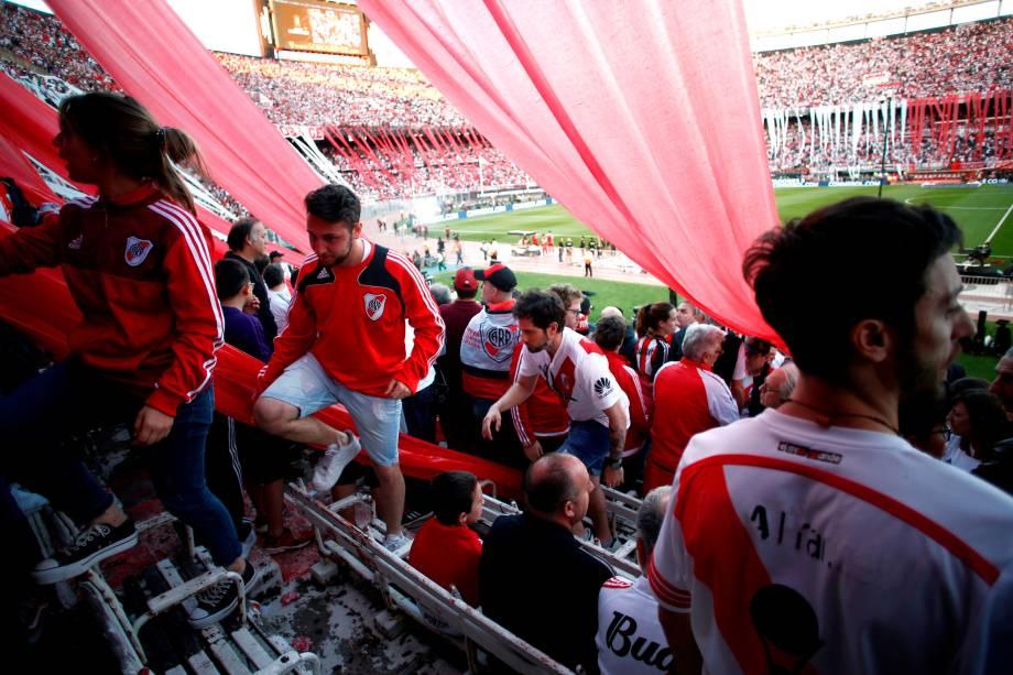 Torcedores do River Plate deixam o Monumental de Nuñez após a partida final da Libertadores ser adiada devido aos atos de violência contra jogadores do Boca Juniors -24/11/2018