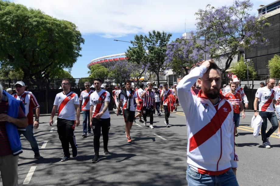 Torcedores do River Plate saem do estádio Monumental de Nuñez em Buenos Aires, depois que a final da Copa Libertadores foi adiada após atos de violência contra jogadores do Boca Juniors - 25/11/2018