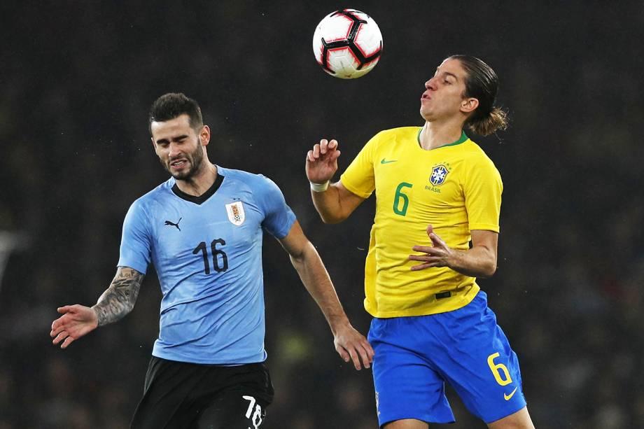 Gaston Pereiro (esq) disputa bola com Filipe Luis (dir), durante partida amistosa entre Brasil e Uruguai, realizada em Londres - 16/11/2018
