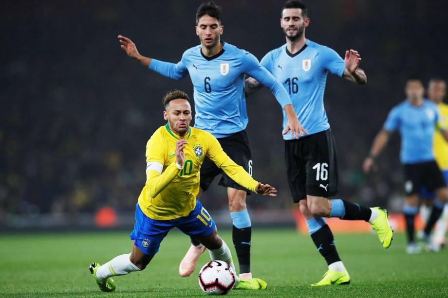 Neymar é derrubado por Rodrigo Bentancur, durante partida amistosa entre Brasil e Uruguai, realizada em Londres - 16/11/2018