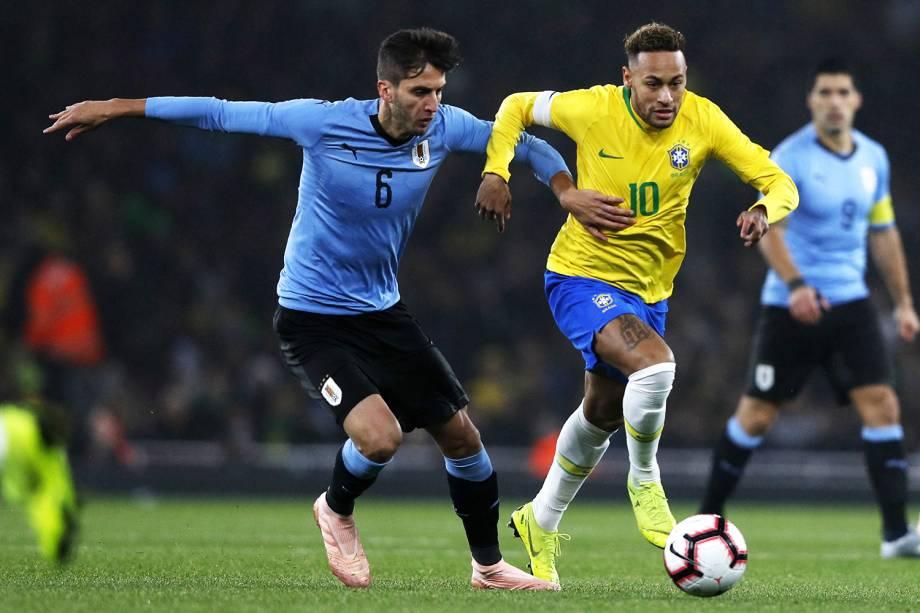 Neymar (dir) é marcado por Rodrigo Bentancur (esq), durante partida amistoso entre Brasil e Uruguai - 16/11/2018