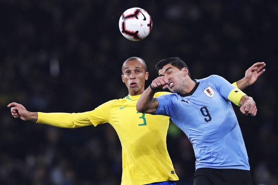 Miranda, da Seleção Brasileira, disputa bola com Luis Suarez, do Uruguai, em partida amistosa realizada em Londres - 16/11/2018